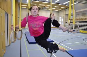 Sirkustaiteilija Lotta Roukala ihastui jo lapsena koulun liikuntasalin renkaisiin.