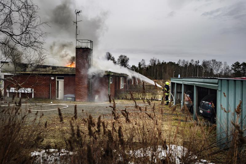 Kahdeksan asunnon rivitalo paloi Kälviän keskustassa Marttilan koulun ja Lucina Hagmanin koulun välittömässä läheisyydessä.