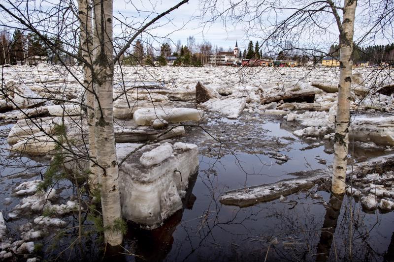 Kalajoki tulvii Alavieskan keskustassa. Taustalla Alavieskan kirkko.