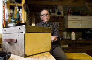 Arto Tokola on innokas puukäsitöiden harrastaja, ja verstaassa moni vanha huonekalu ja muu tarve-esine ovatkin saaneet uuden elämän. Kuvan etualalla näkyy Tokolan tämän hetken projekti, puinen kuljetuslaatikko.