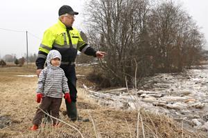 Peter Huggare ja 4,5-vuotias tytär Elisabeth ihmettelivät Kruunupyynjoen jääpatoa Huggaren lapsuuskodin pihassa.
