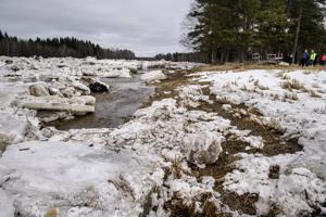 Yli kilometrin mittainen jääpato tukki Kalajoen Ylikäännällä Alavieskassa. Vesi etsi uuden kulku-uoman joen pohjoispuolella olevan metsän kautta. Vettä nousi myös eteläpuolella olevien talojen tuntumaan ja taloja suojattiin.