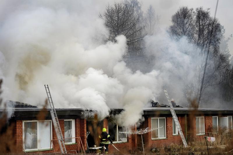 Poikkeuksellisen raju tulipalo levitti sankkaa savua Kälviän keskustaan.