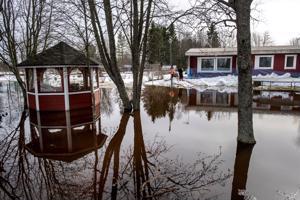 Perjantaina Alavieskassa jouduttiin poikkeuksellisesti suojaamaan taloja tulvavesiltä, kun jääpato tukki Kalajoen ja Kähtäväojan.