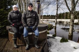 Anne ja Vesa Östberg suhtautuivat takapihan jokakeväiseen jännitysnäytelmään rauhallisesti, vaikka jääröykkiöt kasvoivat huolestuttavaa vauhtia ja tulvavesi nousi päivän mittaan talon kivijalkaan asti.