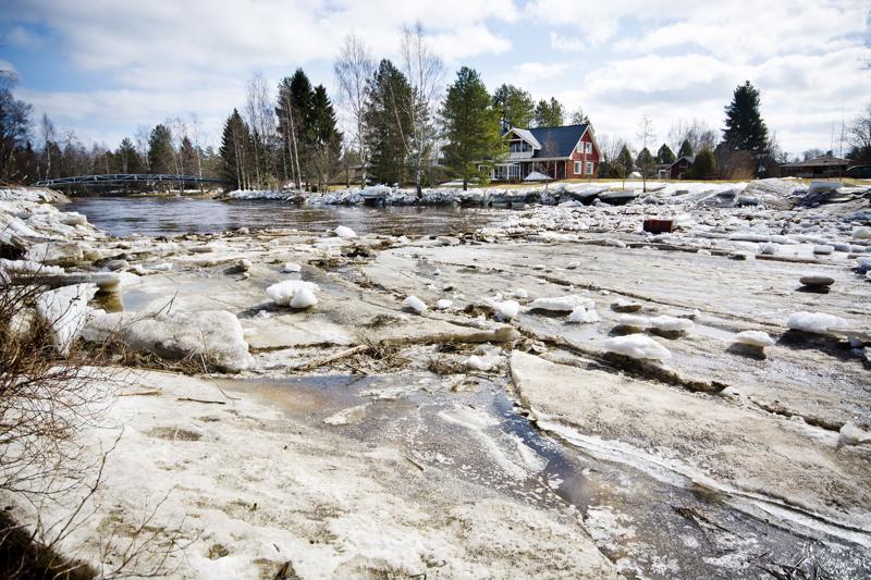 Malisjoessa oli maanantaina pieni jääpato terveyskeskuksen sillan alapuolella, mutta suurimmat tulvat olivat jo menneet. Ympäröivillä tonteilla jäälohkareet olivat kohtalaisen korkealla.
