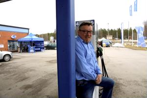 Valtatien tuntumassa sijaitseva huoltoasema on ainoa paikka Vetelissä, mistä polttoainetta saa. Yrittäjä Kullervo Harjupatana on halunnut tarjota mahdollisuuden maksaa polttoaineet sisälle, vaikka kylmäasemastakin on puhuttu.