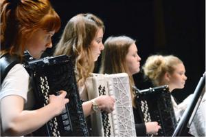 According to Rhythm -orkesterin muusikot Anna Salomaa, Ella Törmäkangas, Laura Rautio ja Emilia Jurvelin.