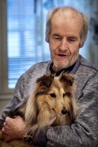 Markku Paasila sai syliinsä shetlanninlammaskoira Sinin.