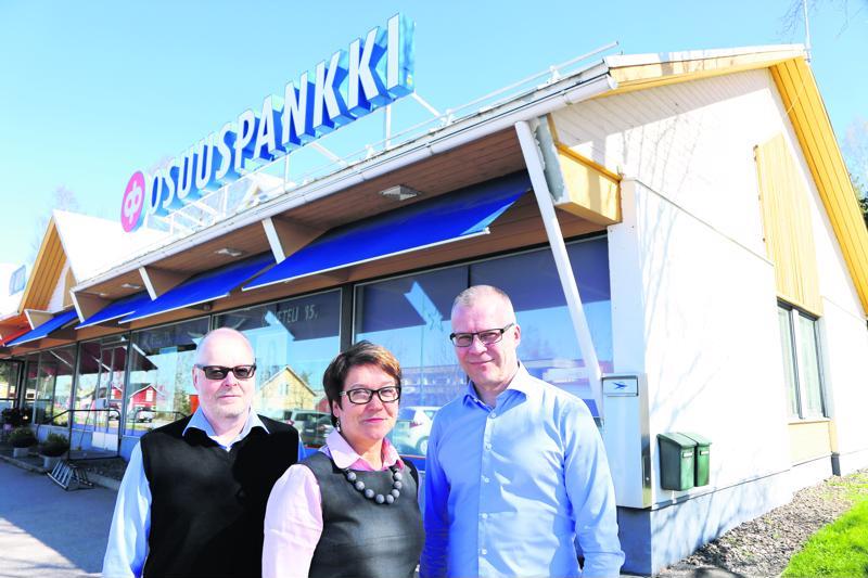 Perhonjokilaakson Osuuspankki aloitti toimintansa 1. kesäkuuta 2017. Kuvassa Asko Ahonen, Tarja Harjupatana ja Jarmo Lehojärvi.