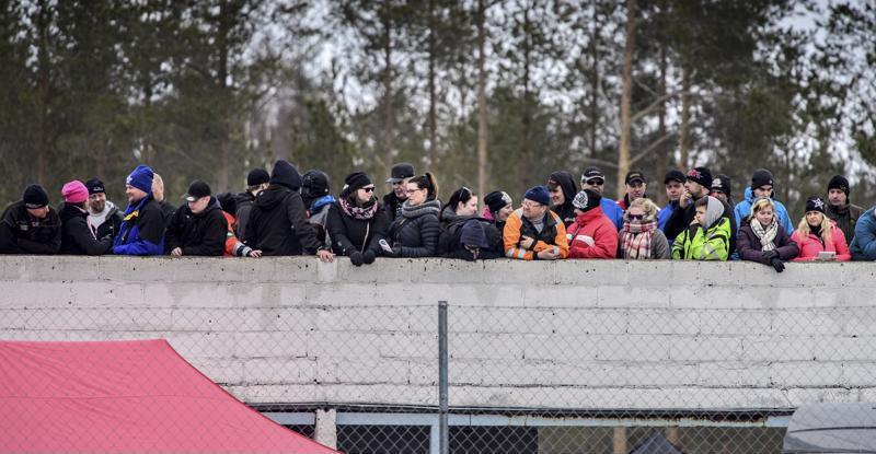 Betonibunkkerin kattotasanteelta kisoja ovat seuranneet erityisesti kilpailijat ja huoltojoukot.