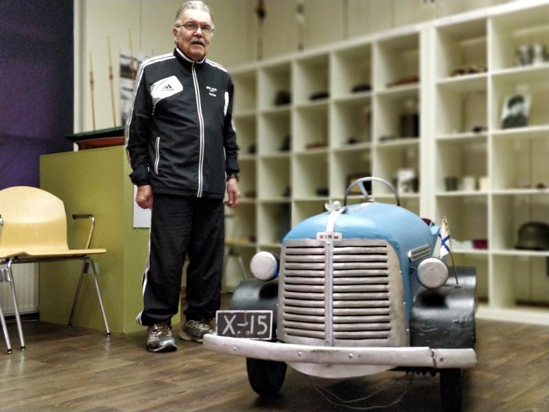 Markus Karlsson ja kokoelman yksi erikoisimmista esineistä, puhdetyönä isän pojilleen rakentama polkuauto.