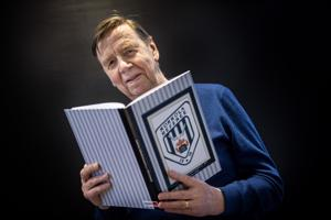 Raimo Harsunen kokosi historiikin Kokkolan jääkiekkotuomareista.