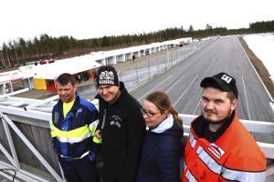 Jani Kola, Aleksi Klemola, Suvi Lempiälä ja Joona Mäkelä tekevät kaikki osaltaan Asfalttikunkkua. Taustalla sijaitsevan varikkobunkkerin kattotasanne suljetaan kisassa kokonaan käytöstä.