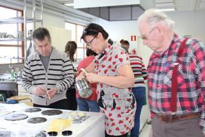 Mehiläisvahasta valmistetaan kasvorasvaa. Ritva Timonen, Timo Keskisipilä sekä Aarne Nikula