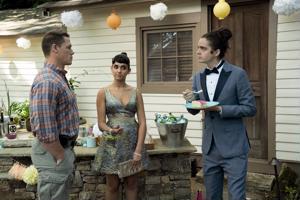 Isä (John Cena) ottaa mittaa tyttären (Geraldine Viswanathan) päättäjäistanssiaisiin saattavan teinipojan (Miles Robbins) hiustyylistä.