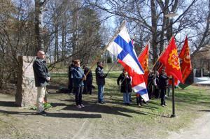 Vappumarssijat kunnioittavat vakaumuksensa puolesta kuolleita tälläkin kertaa muistokivellä, joka on siirretty uuteen paikkaan Koulupuistossa.