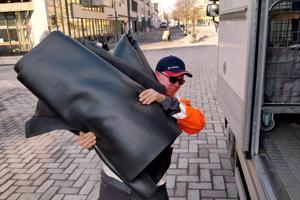 Oikea nostotekniikka on avainsana raskaiden kumipohjaisten mattojen käsittelyssä. - Kalpaten käy jos rupeaa selällä repimään.