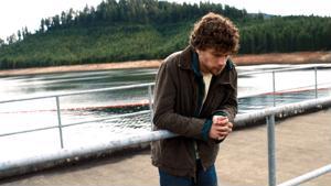 Nuoret ympäristöaktivistit päättävät räjäyttää padon Night Moves -elokuvassa.