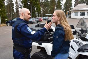 Poliisi Paavo Klintrup puhallutti Venla Kanulaa, joka oli tullut mönkijällä kouluun. ''Helppo juttu'', totesi Klintrup, kun mittari näytti nollaa.