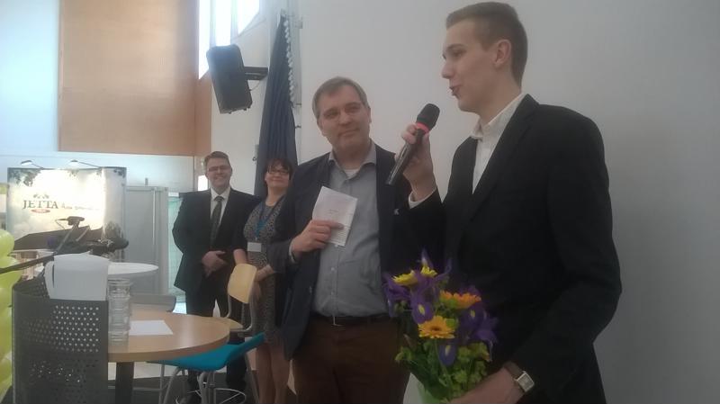 Perhon kunta muisti yritysmessuilla Samuli Leväniemeä, joka on saanut Nuori Yrittäjyys -kilpailun finaalissa kunniamaininnan parhaasta designistä.
