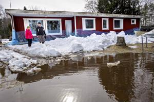 Tältä näytti Minna ja Erkki Ylivainion piha Alavieskassa vielä reilu viikko sitten. Nyt vesi on laskenut ja edessä on pihan siivoamisurakka.