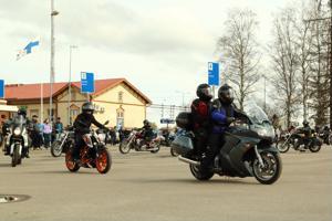 Moottoripyöräkausi käynnistyy vapulta. Motoristien vappuajelua kokoontui katsomaan iso joukko.