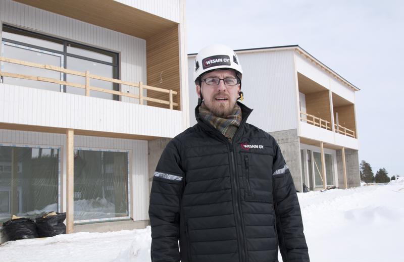 Wesainin myyntijohtaja Sami Alakotila kertoo asuntokaupan käyvän hyvin. Taustalla oleva KOY Kalajoen Aurinkoranta valmistuu Särkkien ydinkeskustaan.