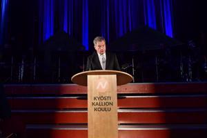 Presidentti Sauli Niinistö vaikuttui Nivalan lasten juhlakuoron esityksestä.
