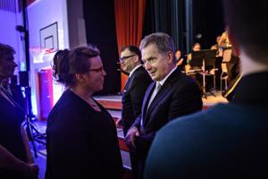 Tasavallan presidentti Sauli Niinistö kiitti Nivalan lasten juhlakuoron johtaja Elina Jussilaa esityksestä Kyösti Kallion koululla Sovinnonpuheen juhlassa.
