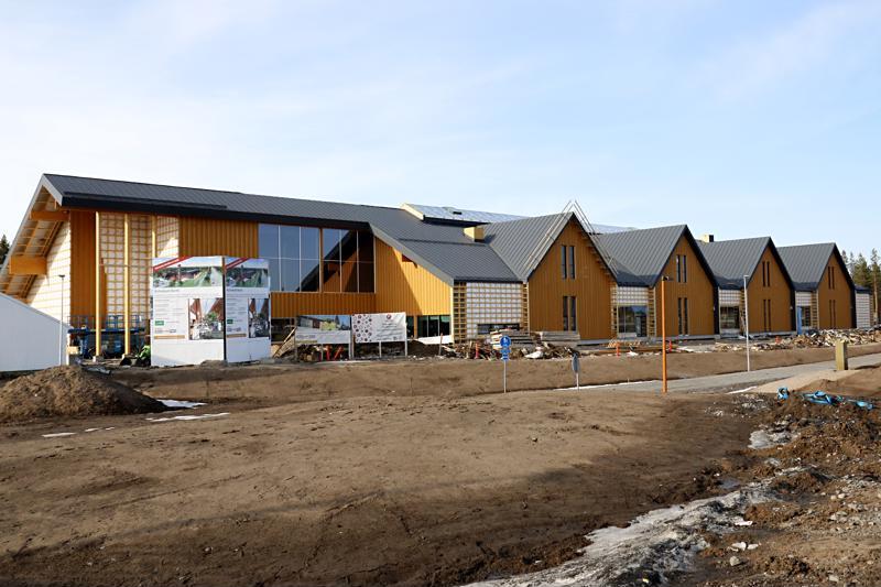Ostoskylä Raitin työmaa Kalajoen Hiekkasärkillä on edennyt tästä huhtikuun puolivälissä otetusta kuvasta. Raitin kaikki liiketilat on nyt vuokrattu.