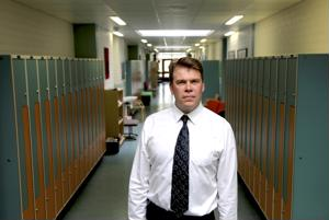 Tero Lahtinen jää Vetelin lukion seitsemänneksi ja viimeiseksi rehtoriksi. Taustalla olevalla Tietolan käytävällä oleskelevat jatkossa peruskoululaiset.
