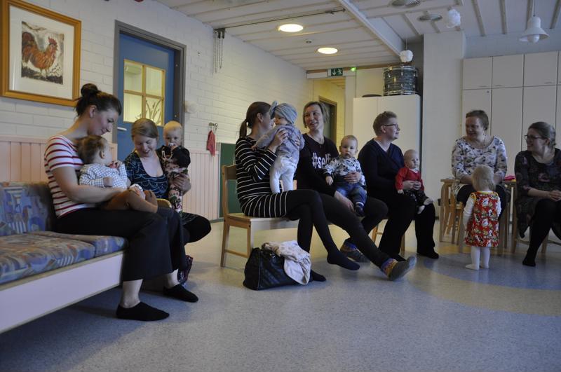 Toholammilla järjestetty vauvailta juhli itsenäisyyden juhlavuoden vauvoja. Etualalla (vas.) istuva Maria Leppäsen vauvavuosi Mette-tytön kanssa on mennyt nopeasti.