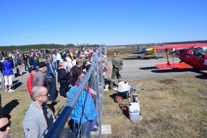 Runsaslukuinen yleisö on kerääntynyt katsomaan taitolentokoneiden nousua Kokkola-Pietarsaaren lentokentällä helatorstaina järjestettävässä ilmailupäivässä.
