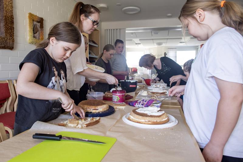 4H-yhdistyksen äitienpäiväkakkukurssilla Marinkaisissa täytettiin ja koristeltiin seitsemän kakkua.