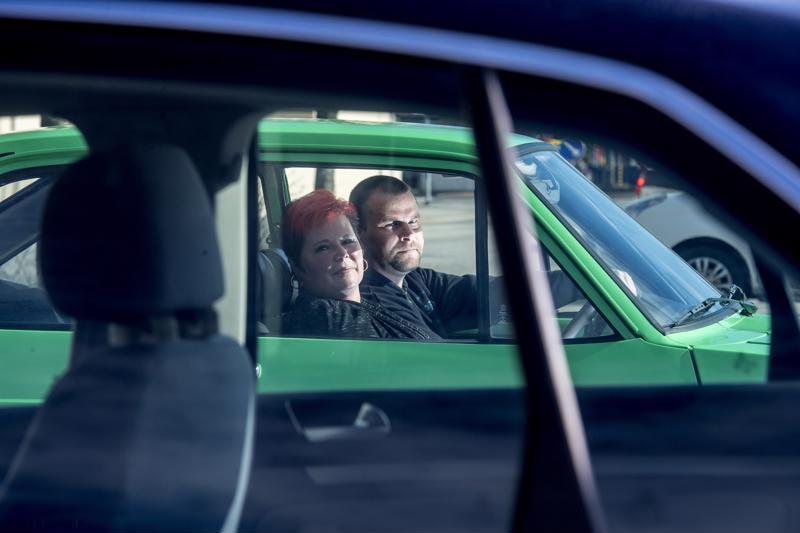 Tiina ja Jari Annala kesäautoilevat edelleen kirkkaanvihreällä Ford Escortillaan.