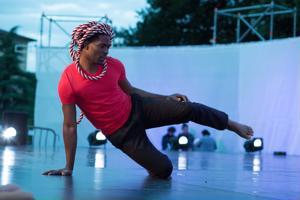 Koreografi Filbert Tologo haastaa ja tekee liikkeeksi aikamme ongelman, yksinäisyyden.
