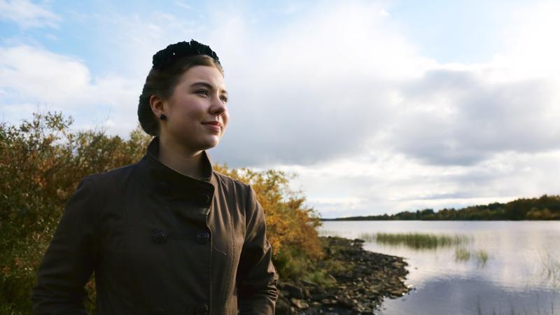 Nuori vaikuttaja Riikka Karppinen on noussut tunnetuksi kotikylänsä suojellun suon puolustajana. Alueella on tehty iso malmilöytö, ja kuntaan odotetaan uutta kaivosta. Karppista huolettaa luonnon peruuttamaton muuttaminen ulkomaisen yhtiön menestyksen tähden.