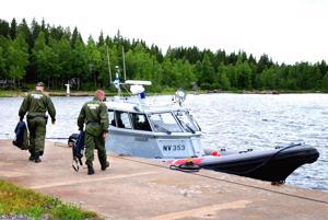 Kalajoen merivartioaseman laituri kesällä 2011. Kuvassa nuorempi merivartija Markus Kukkonen (vas.) ja vanhempi merivartija Ari Siipola. Arkistokuva.