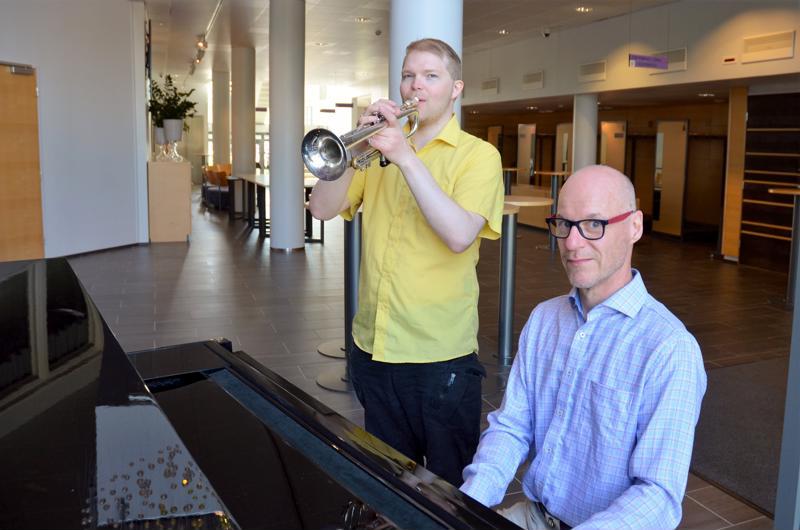 Janne Nietulan (vas.) ja Jouko Kantolan mukaan Ylivieskassa on kytenyt jo pidemmän aikaa tahto soittaa big bandille soveltuvaa musiikkia.