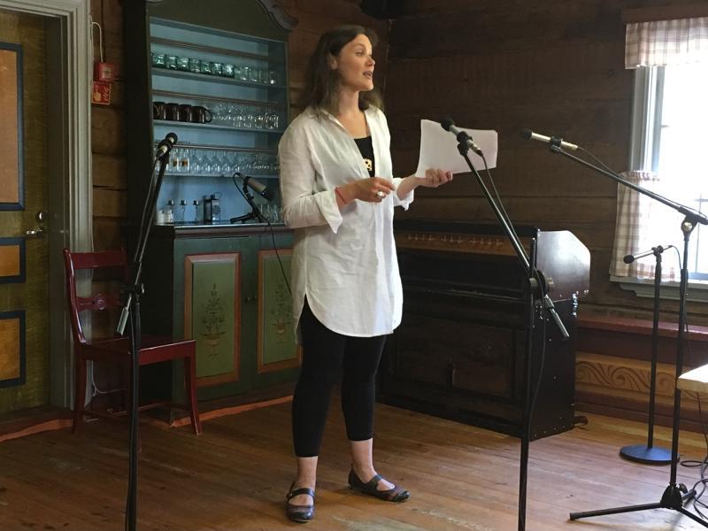 Anne-Mari Hakamäki kertoi kansanmusiikkijuhlien ohjelmasta Pelimannitalossa Kaustisella. Espanjalainen The Escarteen Sisters esiintyy Kaustisella tiistaina 10.7.