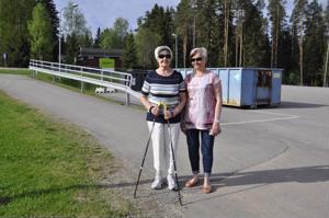Keskusta jo siistiytynyt paljon roskankeruukampanjan ansiosta, arvioi Saara Etelämäki (vas.), lenkkiseurana Kirsti Haihu.
