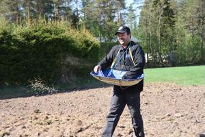 Arvolan tilan isäntä Janne Heikkilä kylvi siemenet peltoon. '' Joo ei oo ennen tullut tuollasta tehtyä'', hän naurahti jälkeen päin.