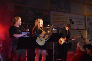 Haapaveden oma bändi nimeltään Bändi-A esiintyi Hehku-tapahtumassa. Laulajina Ronja Koskela (vas.) ja Anna Pold sekä kitarassa Tuomas Seitajärvi.
