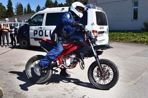 Poliisit kävivät ajamassa kaikilla yläkoulun pihan mopoilla pienen lenkin.