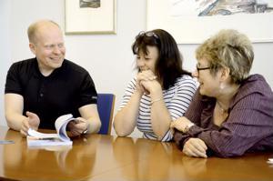 Selkeästi Suomessa -oppikirja on neljän opettajan käsialaa. Kirja on tarkoitettu aikuiselle tai nuorelle maahanmuuttajalle.