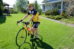 Tuula Forsanderin keltainen pyörä on hankittu matkaa varten. Kaikilla osallistujilla on samanlainen pyörä.