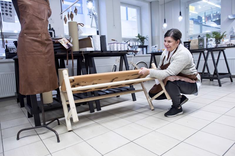 Gedigon yrittäjän ja toimitusjohtajan Anne-Mari Sundqvistin sekä mallinuken päällä oleva esiliina palkittiin parhaana uutena tuotteena lontoolaisilla muotoilualan messuilla. Viime vuonna yritys esitteli messuilla uutena tuotteena kuvassa olevan penkin.