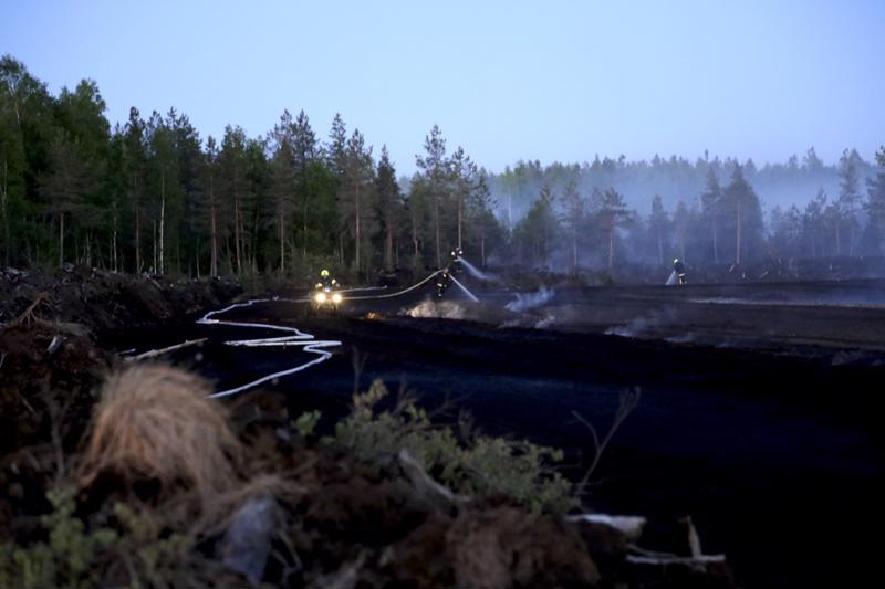 Kaustisella Lähdenevan turvepalo työllisti pelastuslaitosta myös yöllä.
