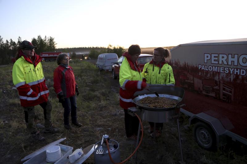 Jonna Korkiakangas-Sahipakka (vas.), Anni Hertteli, Marianne Ukskoski ja Kaisa Kytölä tulivat Perhosta uuden huoltokärryn kanssa Lähdenevalle.